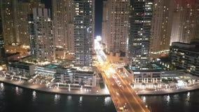 Videoclip aéreo de Hyperlapse de la actividad del puente en el puerto deportivo de Dubai metrajes
