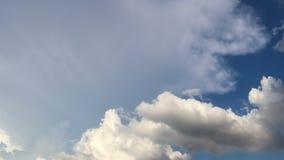 Videoclip al rallentatore del metraggio dell'atmosfera drammatica di bei cielo e nuvole di tramonto stock footage
