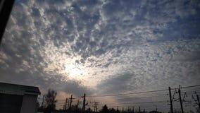 Videoclip che mostra il movimento dei cirri e della luce solare dietro le nuvole nel cielo uguagliante nel modo di lasso di tempo stock footage