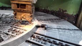 Videoclip des Produktionsverfahrenmetalls, das mithilfe eines Schneiders im Blockhalter auf einer Kreisplatte dreht w verarbeitet stock video