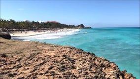 Videoclip do lapso de tempo do Sandy Beach tropical e da costa rochosa durante um dia ensolarado nas Caraíbas video estoque