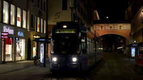 videoclip 4K del tram della città alla notte Maximilianstrasse, Monaco di Baviera, Germania stock footage