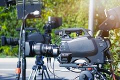 Videoclip Videokamera in den Strahlen des Lichtes Fernsehkamera stockbild