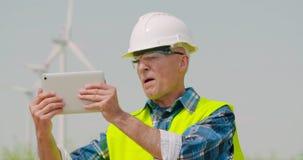 Videoconferência masculina do coordenador contra moinhos de vento vídeos de arquivo
