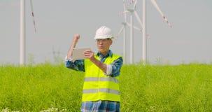 Videoconferência masculina do coordenador contra moinhos de vento filme