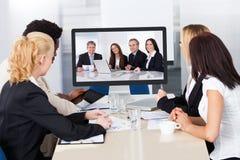 Videoconferencia en la oficina foto de archivo libre de regalías