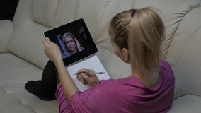 Videoconfereren met privé-leraar Jonge vrouw die online onderwijs hebben thuis Afstandsonderwijs Langzame Motie stock video