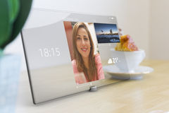 Videoconfereren op tablet met het scherm van de glasaanraking Stock Fotografie