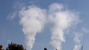 Videoen av förorening, rök och ånga urladdnings från ett kol drev den elektriska utvecklingslättheten i Spanien Förorening pollut arkivfilmer