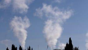 Videoen av förorening, rök och ånga urladdnings från ett kol drev den elektriska utvecklingslättheten i Spanien Förorening pollut stock video