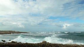 Videoen av havvågorna nära stöttar stock video
