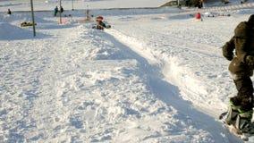 Videoen av snö skidar lutningar, elevatorlinjer och dalen av Park i Wasatchen Den soliga dagen med familjer skidar på och snowboa stock video