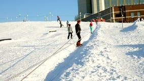 Videoen av snö skidar lutningar, elevatorlinjer och dalen av Park i Wasatchen Den soliga dagen med familjer skidar på och snowboa