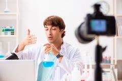 Videoen f?r kemistbloggerinspelning f?r hans blogg royaltyfria foton