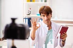 Videoen f?r kemistbloggerinspelning f?r hans blogg royaltyfri bild