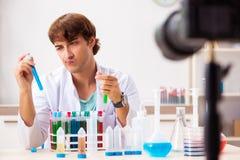 Videoen f?r kemistbloggerinspelning f?r hans blogg royaltyfri foto