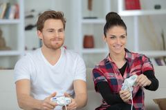Videogame ζευγών συνενοχής ξανθός φιλιών φίλων καναπές παιχνιδιών παιχνιδιού τηλεοπτικός Στοκ Εικόνες