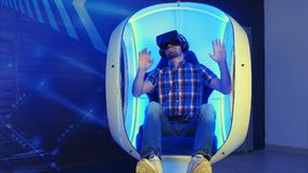 Videogame παιχνιδιού νεαρών άνδρων στον τρισδιάστατο προσομοιωτή εικονικής πραγματικότητας Στοκ Εικόνες