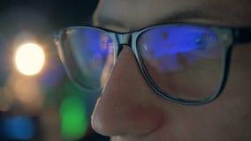 Videogame που απεικονίζει στα γυαλιά των gamer στενό σε έναν επάνω απόθεμα βίντεο