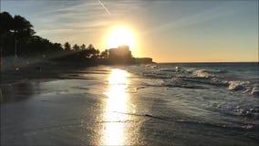 Videogem av den tropiska sandiga stranden och den steniga kusten under en solig dag i det karibiskt stock video