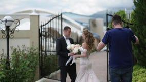 Videograph die video met steadicam schieten De jonge mooie bruid in een huwelijkskleding gaat naar de bruidegom Vergadering van stock videobeelden