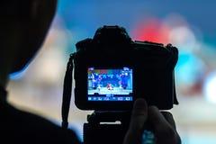 videographer在DSLR照相机帮助下记录艺术家抽象新年` s表现阶段的 Blurr 免版税图库摄影