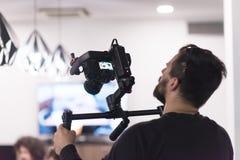 Videographer на работе стоковое изображение rf