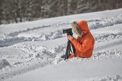 Videographer работая в летнем дне гор снега в Geogria стоковые фотографии rf