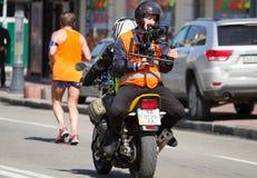 Videographer сидя на мотоцикле Стоковые Фото