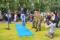 Videographer сняло по мере того как солдат выполняет тренировку на баре Стоковая Фотография RF