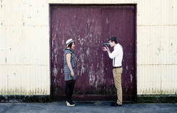 减速火箭的年轻爱夫妇葡萄酒影片录影videographer 库存照片