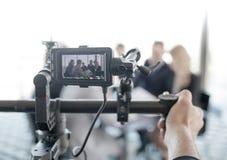 Videographer che fa video della gente di affari fotografia stock libera da diritti
