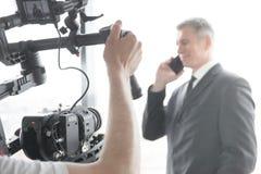 Videographer, das Video vom Geschäftsmann herstellt Lizenzfreies Stockfoto