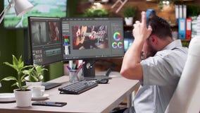 Videographer die in bezig bureau werken stock footage