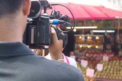 Videographer eller kameraman utomhus- Shooting Footage royaltyfri bild
