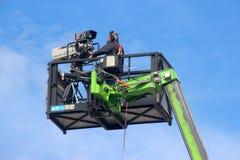 Videographer en cesta de la grúa Foto de archivo libre de regalías