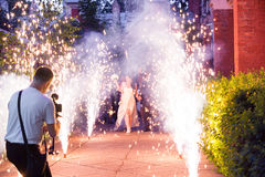 Videographer jest Mknącym Bridal wydarzeniem w fajerwerkach Zdjęcia Stock