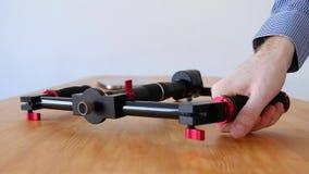 Videographer prüfen Bequemlichkeit eines neuen innovativen dreiachsigen Stabilisators stock video