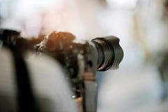 Videographer zamyka w górę, kamerzysta, film, mężczyzna z kamerą, film, fachowa kamera zdjęcia royalty free