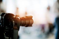 Videographer zamyka w górę, kamerzysta, film, mężczyzna z kamerą, film, fachowa kamera obraz royalty free