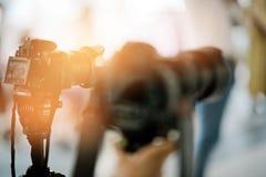 Videographer zamyka w górę, kamerzysta, film, mężczyzna z kamerą, film, fachowa kamera obraz stock