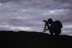 Videographerfotograaf Works in de Bergen Royalty-vrije Stock Afbeeldingen