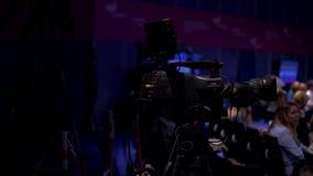 Videography της παρουσίασης Αίθουσα συνδιαλέξεων Οι άνθρωποι ακούνε την παρουσίαση φιλμ μικρού μήκους