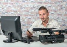 Videoherausgeber mit Computer und professionnal Videokamera Lizenzfreies Stockfoto