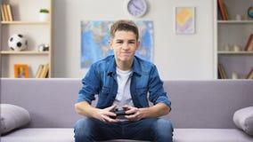 Videojuego perdidoso del muchacho adolescente Overemotional, palanca de mando que lanza lejos, edad torpe almacen de video