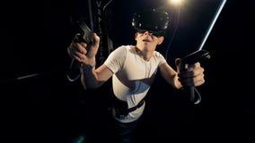 Videojugador asustado que lleva el equipo de VR, cierre para arriba metrajes