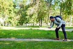 Videojugador barbudo en parque público Foto de archivo libre de regalías