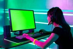 Videojugador cibern?tico del deporte con el ordenador imagenes de archivo