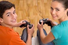 Videojugador con la palanca de mando. Imagen de archivo