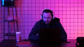 Videojugador en los auriculares que fluyen el juego foto de archivo libre de regalías
